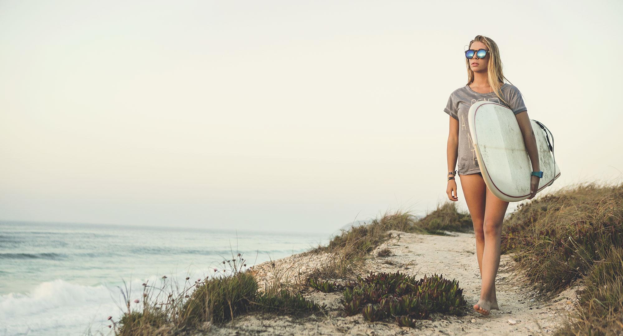 BLONDE SURF GIRL
